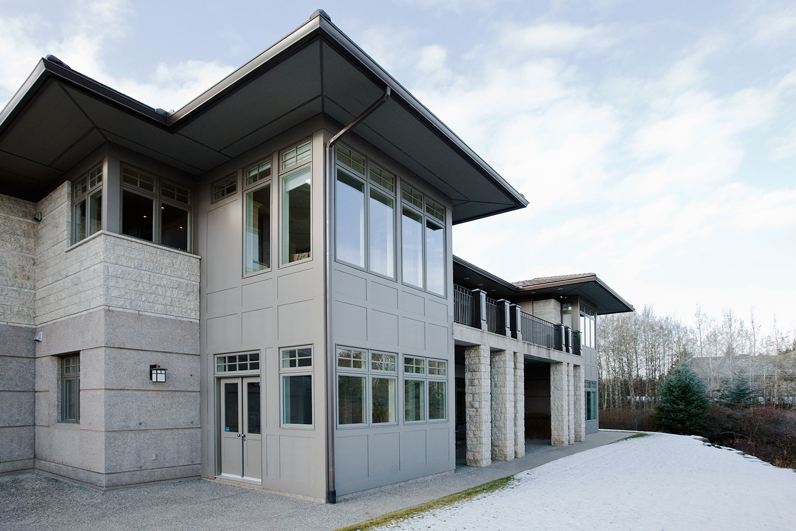 The Roof Too Is Kept Low With Large Overhangs And A Shallow Slope. At The  Rear Of The House The Concrete Lower Floor Creates A Strong Base For The  House.